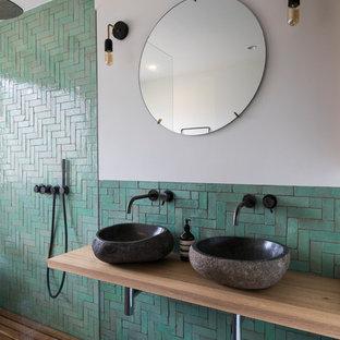 Foto di una stanza da bagno nordica con nessun'anta, doccia ad angolo, piastrelle verdi, piastrelle in ceramica, pareti beige, lavabo a bacinella, top in legno, pavimento nero, doccia aperta e top marrone