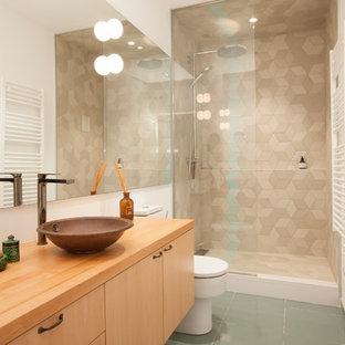 Imagen de cuarto de baño con ducha, contemporáneo, pequeño, con armarios con paneles lisos, puertas de armario de madera oscura, ducha empotrada, paredes blancas, lavabo sobreencimera, encimera de madera, suelo verde, baldosas y/o azulejos beige, ducha abierta y encimeras marrones
