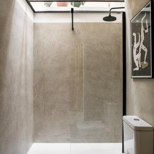 Imagen de cuarto de baño con ducha, escandinavo, con ducha empotrada, baldosas y/o azulejos grises, paredes grises, suelo de cemento, suelo gris, ducha abierta y sanitario de dos piezas