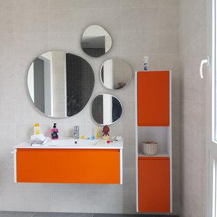 Foto de cuarto de baño infantil, contemporáneo, de tamaño medio, con armarios con paneles lisos, puertas de armario naranjas, baldosas y/o azulejos beige, baldosas y/o azulejos de porcelana, suelo de baldosas de porcelana, lavabo integrado, suelo gris y encimeras blancas