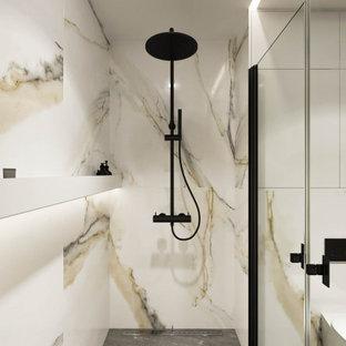Idéer för att renovera ett mellanstort funkis beige beige badrum för barn, med öppna hyllor, vita skåp, våtrum, en vägghängd toalettstol, flerfärgad kakel, porslinskakel, flerfärgade väggar, klinkergolv i porslin, ett fristående handfat, träbänkskiva, grått golv och dusch med skjutdörr