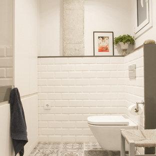 Mittelgroßes Industrial Badezimmer En Suite mit flächenbündigen Schrankfronten, weißen Schränken, bodengleicher Dusche, weißen Fliesen, Keramikfliesen, Porzellan-Bodenfliesen, integriertem Waschbecken, Quarzwerkstein-Waschtisch und grauer Waschtischplatte in Barcelona