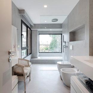 Esempio di una grande stanza da bagno padronale minimalista con ante lisce, ante bianche, doccia a filo pavimento, bidè, pareti grigie, pavimento in cemento, pavimento grigio e top bianco