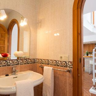 Esempio di una piccola stanza da bagno con doccia mediterranea con doccia ad angolo, WC monopezzo, piastrelle rosa, piastrelle in ceramica, pareti rosa, pavimento con piastrelle in ceramica, lavabo a colonna, pavimento beige e porta doccia scorrevole