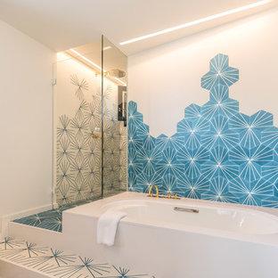 Diseño de cuarto de baño principal, contemporáneo, con ducha a ras de suelo, baldosas y/o azulejos azules, baldosas y/o azulejos blancos, ducha con puerta con bisagras, bañera encastrada sin remate, paredes blancas y suelo blanco