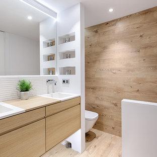 На фото: маленькие ванные комнаты в стиле модернизм с плоскими фасадами, светлыми деревянными фасадами, белыми стенами, душевой кабиной, монолитной раковиной и столешницей из дерева