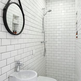 Ejemplo de cuarto de baño con ducha, industrial, pequeño, con ducha abierta, sanitario de pared, baldosas y/o azulejos blancos, baldosas y/o azulejos de cemento, suelo de baldosas de cerámica, lavabo suspendido, suelo multicolor y ducha abierta