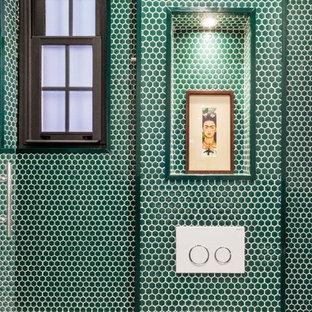 Ispirazione per una stanza da bagno padronale nordica di medie dimensioni con piastrelle verdi, piastrelle di vetro, pareti verdi e pavimento con piastrelle a mosaico