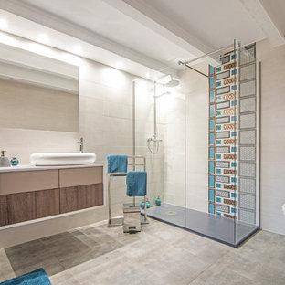 Modelo de cuarto de baño con ducha, contemporáneo, con armarios con paneles lisos, puertas de armario de madera oscura, ducha esquinera, sanitario de una pieza, baldosas y/o azulejos azules, baldosas y/o azulejos grises, baldosas y/o azulejos blancos, baldosas y/o azulejos en mosaico, paredes blancas, lavabo encastrado, suelo blanco, ducha abierta y encimeras blancas