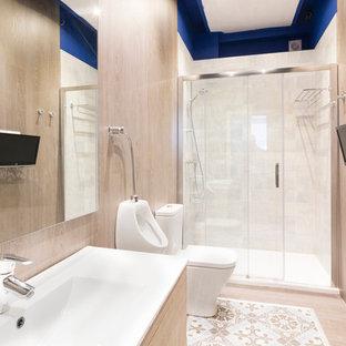 Idee per una stanza da bagno padronale design di medie dimensioni con doccia alcova, orinatoio e pareti beige