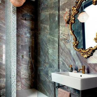 Diseño de cuarto de baño con ducha con ducha esquinera, baldosas y/o azulejos marrones, losas de piedra, paredes marrones, lavabo tipo consola, suelo marrón y ducha abierta