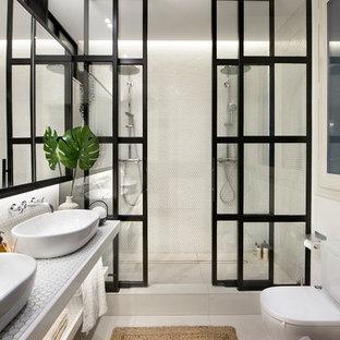 Foto de cuarto de baño con ducha, actual, con armarios abiertos, puertas de armario blancas, ducha doble, sanitario de dos piezas, paredes blancas, lavabo sobreencimera, encimera de azulejos, suelo blanco, ducha con puerta corredera y encimeras blancas