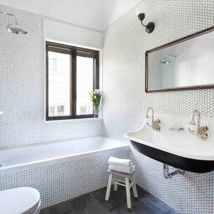 Modelo de cuarto de baño con ducha, actual, grande, con armarios tipo mueble, bañera empotrada, baldosas y/o azulejos blancos, baldosas y/o azulejos en mosaico, paredes blancas, combinación de ducha y bañera, lavabo suspendido y suelo negro