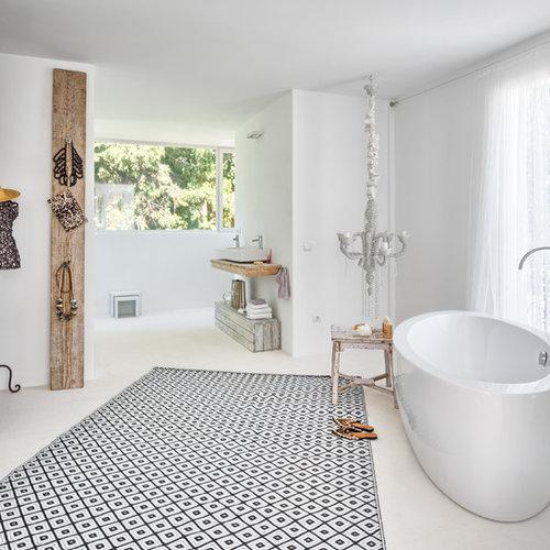 Salle de bain m diterran enne avec un plan de toilette en - Salle de bain avec toilette ...