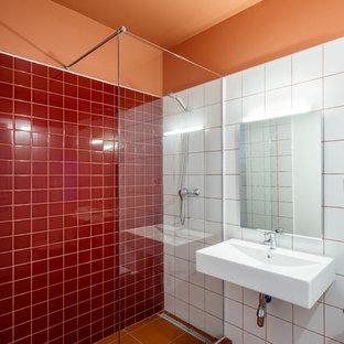 バルセロナの地中海スタイルのおしゃれなバスルーム (浴槽なし) (白いタイル、赤いタイル、白い洗面カウンター、コーナー設置型シャワー、オレンジの壁、壁付け型シンク、オレンジの床、オープンシャワー) の写真