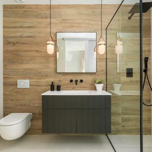 Exempel på ett mellanstort modernt vit vitt badrum med dusch, med släta luckor, vita skåp, en hörndusch, beige väggar, klinkergolv i porslin, ett undermonterad handfat, beiget golv och med dusch som är öppen