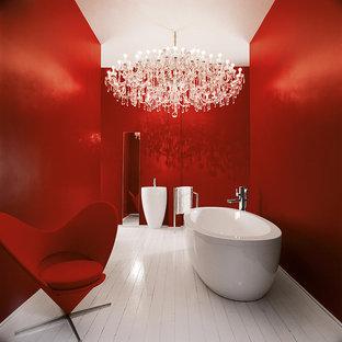 Ispirazione per una stanza da bagno boho chic di medie dimensioni con vasca freestanding e pareti rosse