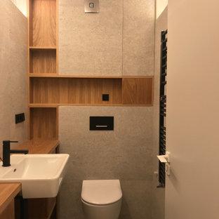 Immagine di una stanza da bagno minimal con consolle stile comò, ante bianche, piastrelle grigie, pareti grigie, pavimento con piastrelle in ceramica, top in legno e pavimento grigio