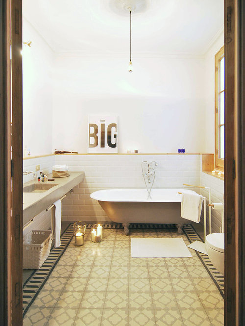salle de bain avec un lavabo int gr et un combin douche baignoire photos et id es d co de. Black Bedroom Furniture Sets. Home Design Ideas