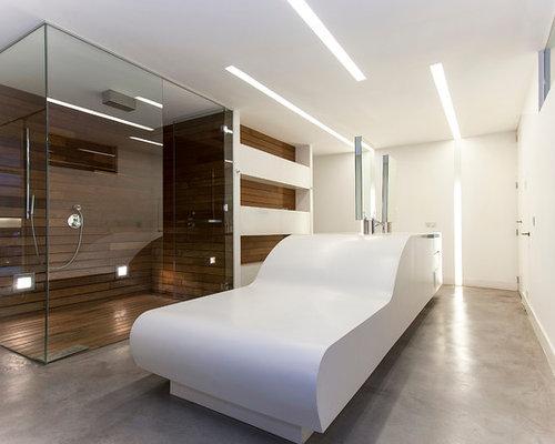 imagen de cuarto de bao con ducha grande con armarios abiertos