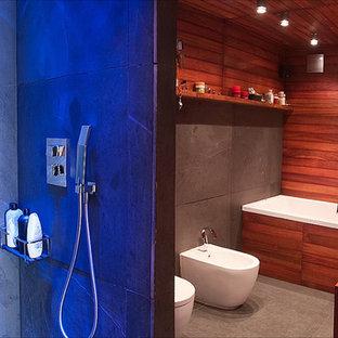 Diseño de cuarto de baño con ducha, campestre, de tamaño medio, con puertas de armario de madera oscura, bañera empotrada, bidé, lavabo sobreencimera y encimera de madera