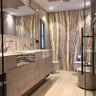 Diseño de cuarto de baño con ducha, actual, grande, con armarios con paneles lisos, puertas de armario beige, sanitario de pared, baldosas y/o azulejos beige, baldosas y/o azulejos negros, baldosas y/o azulejos grises, lavabo integrado, suelo beige, ducha con puerta con bisagras y encimeras beige