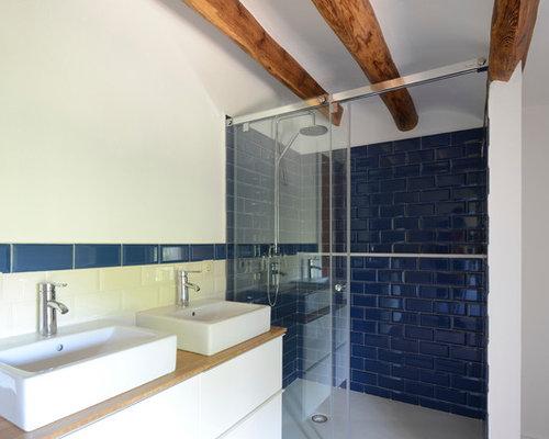 Salle de bain montagne avec un lavabo suspendu photos et for Placard suspendu salle de bain