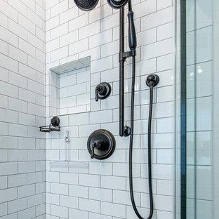 Пример оригинального дизайна: главная ванная комната среднего размера в современном стиле с фасадами с декоративным кантом, темными деревянными фасадами, угловым душем, раздельным унитазом, белой плиткой, врезной раковиной, плиткой кабанчик, белыми стенами, темным паркетным полом и столешницей из искусственного камня