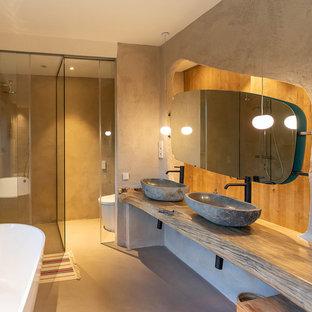 Diseño de cuarto de baño con ducha, mediterráneo, sin sin inodoro, con paredes beige, lavabo sobreencimera, encimera de madera, suelo beige, ducha con puerta corredera y encimeras beige
