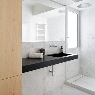Imagen de cuarto de baño con ducha, minimalista, con ducha empotrada, paredes grises, lavabo suspendido, suelo gris, ducha abierta, sanitario de pared, baldosas y/o azulejos grises, baldosas y/o azulejos blancos, baldosas y/o azulejos de mármol, suelo de mármol y encimeras negras