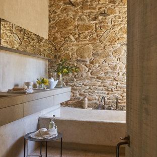 Modelo de cuarto de baño mediterráneo con bañera empotrada