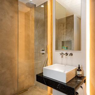 Ejemplo de cuarto de baño con ducha, escandinavo, pequeño, con ducha abierta, paredes grises, lavabo sobreencimera y ducha abierta