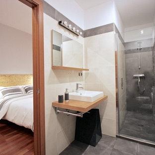 Ejemplo de cuarto de baño con ducha, escandinavo, de tamaño medio, con lavabo sobreencimera, encimera de madera, ducha con puerta con bisagras, ducha empotrada, baldosas y/o azulejos grises y suelo gris