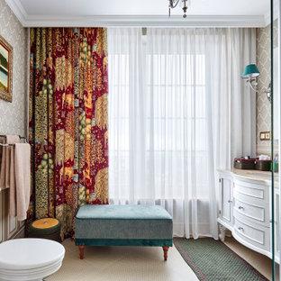Diseño de cuarto de baño boiserie, boiserie, con armarios con paneles empotrados, puertas de armario blancas, ducha esquinera, paredes grises, lavabo bajoencimera, suelo beige, encimeras beige y boiserie