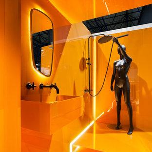 Foto di una stanza da bagno contemporanea con ante arancioni, doccia a filo pavimento, piastrelle arancioni, pareti arancioni, pavimento arancione e doccia aperta