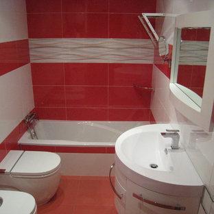 Imagen de cuarto de baño principal, tradicional renovado, pequeño, con bañera empotrada, combinación de ducha y bañera, bidé y lavabo integrado