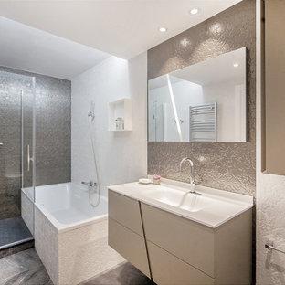 Ejemplo de cuarto de baño principal, contemporáneo, de tamaño medio, con armarios con paneles lisos, puertas de armario beige, lavabo integrado, ducha con puerta con bisagras, bañera esquinera, ducha esquinera, paredes beige y suelo gris