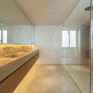 Diseño de cuarto de baño contemporáneo, de tamaño medio, con armarios con paneles lisos, puertas de armario de madera oscura, ducha esquinera, baldosas y/o azulejos beige, lavabo integrado, suelo beige, ducha abierta y encimeras beige
