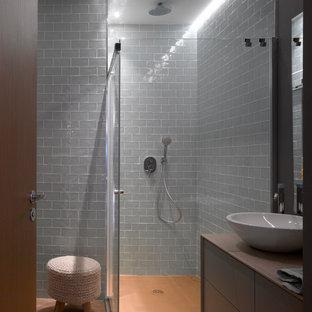 Foto di una stanza da bagno con doccia contemporanea di medie dimensioni con ante lisce, ante marroni, doccia ad angolo, pareti blu, lavabo a bacinella, pavimento arancione e porta doccia a battente
