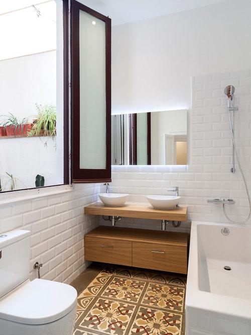 Mittelgroßes Skandinavisches Badezimmer En Suite Mit Flächenbündigen  Schrankfronten, Hellbraunen Holzschränken, Badewanne In Nische,