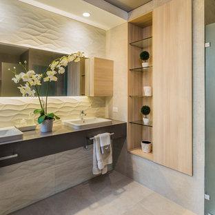 Foto de cuarto de baño con ducha, contemporáneo, con lavabo encastrado, ducha con puerta con bisagras, armarios con paneles lisos, puertas de armario grises, baldosas y/o azulejos beige, paredes beige, suelo beige y encimeras grises