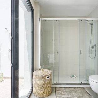 Неиссякаемый источник вдохновения для домашнего уюта: большая ванная комната в морском стиле с двойным душем, инсталляцией, белыми стенами и полом из керамогранита