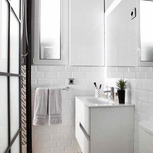 Diseño de cuarto de baño contemporáneo con puertas de armario blancas, paredes blancas, encimeras blancas, armarios con paneles lisos, baldosas y/o azulejos blancos, baldosas y/o azulejos de cemento, lavabo integrado y suelo multicolor