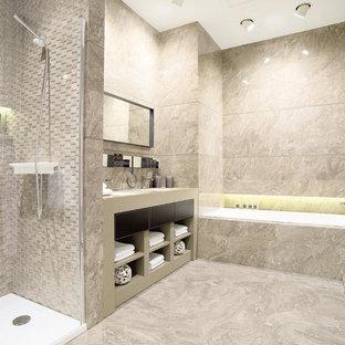 Esempio di una stanza da bagno padronale contemporanea di medie dimensioni con doccia alcova, lastra di pietra, lavabo sottopiano, top in superficie solida e vasca da incasso