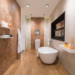 Foto di una stanza da bagno con doccia minimal di medie dimensioni con vasca freestanding, piastrelle beige, piastrelle marroni, lastra di pietra, pareti beige, pavimento in legno massello medio e lavabo a colonna