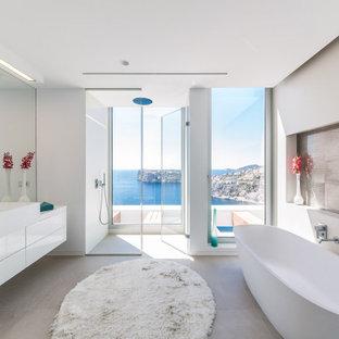 Foto de cuarto de baño contemporáneo con armarios con paneles lisos, puertas de armario blancas, bañera exenta, ducha empotrada, paredes blancas, lavabo de seno grande, suelo gris, ducha con puerta con bisagras y encimeras blancas