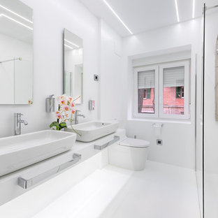 Foto de cuarto de baño principal, actual, grande, con sanitario de dos piezas, puertas de armario blancas, ducha a ras de suelo, paredes blancas, lavabo sobreencimera, suelo blanco y ducha con puerta con bisagras