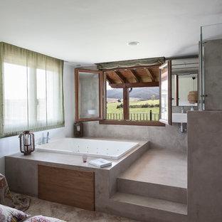 Foto de cuarto de baño principal, mediterráneo, de tamaño medio, con jacuzzi, ducha empotrada, paredes multicolor y suelo de cemento