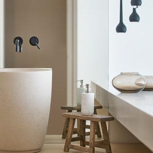 Imagen de cuarto de baño costero con armarios con paneles lisos, puertas de armario de madera oscura, paredes blancas, lavabo sobreencimera, encimera de madera y encimeras marrones