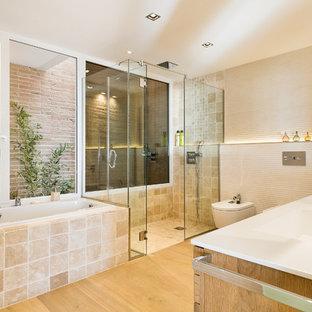 Пример оригинального дизайна: огромная главная ванная комната в современном стиле с душем без бортиков, бежевой плиткой, светлым паркетным полом, монолитной раковиной, душем с распашными дверями, инсталляцией, гидромассажной ванной, керамической плиткой, бежевыми стенами, столешницей из оникса и бежевым полом